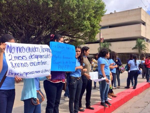 Dos meses después de la desaparición, se mantienen en Chiapas manifestaciones para exigir la aparición con vida de los 43 estudiantes desaparecidos en Ayotzinapa. Foto: Gabriela Coutiño