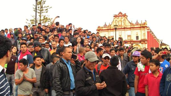 seguirán organizando y marchando hasta encontrar a los 43 normalistas desaparecidos de Ayotzinapa y se castigue a los culpables y actores intelectuales de la masacre ocurrida en Iguala, Guerrero. Foto: Saúl Kak