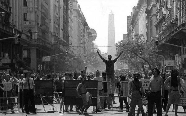 Buenos Aires, quizá el 20 de diciembre, 2001, poco antes de la renuncia de Fernando de la Rúa. (Foto tomada de El blog de Abel.)