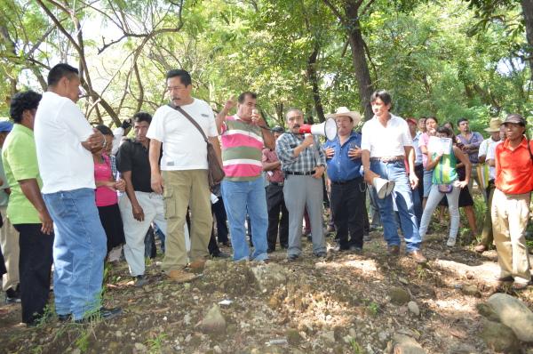 Cafetaleros protestan a las afueras de la unidad administrativa de Tapachula donde habían programado tomar el inmueble pero otra agrupación ya lo había hecho. Foto: Cesar Rodríguez