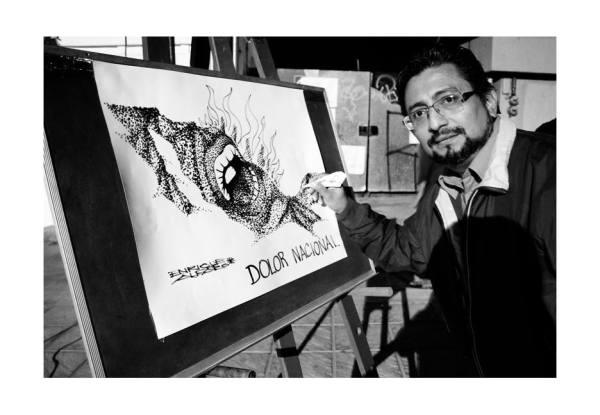 El caricaturista, Enrique Alfaro participó en la Jornada Cultural por las desaparecidas y los desaparecidas de México. Durante la jornada realizó este cartón. Foto: Jacob García/ Chiapas PARALELO.