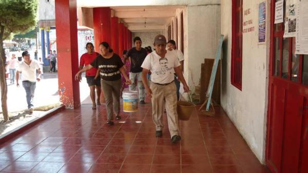 Familias afectadas por fugas de drenaje. Foto: Saúl Kak