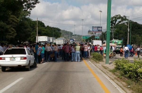 Bloque de maestros de la CNTE en La Pochota, esta mañana del miércoles 5 en Tuxtla.