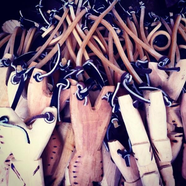 Madera, cuero y ligas dan forma a las resorteras tradicionales mexicanas. Foto: Elizabeth Ruiz