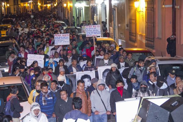 Ciudadanos de San Cristóbal en la marcha con familiares y estudiantes de Ayotzinapa. Foto: Moysés Zúñiga