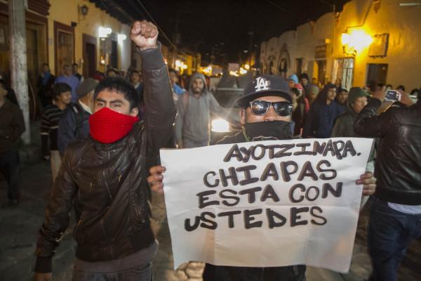 Miles de chiapanecos marcharon con familiares y estudiantes de Ayotzinapa. Foto: Moysés Zuñiga