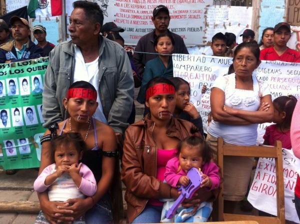 Viviana Gómez Girón yLucy Sánchez Díaz exigen la liberación de Florentino Gómez. Foto: René Arauxo