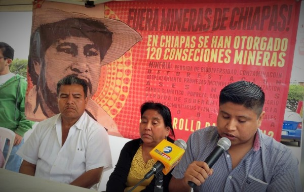 Uriel, el hermano, Mirna, la viuda, y José Luis, hijo de Mariano Abarca Roblero, acribillado a tiros el 27 de noviembre del 2009.