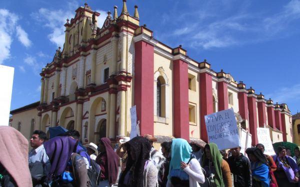 Mamnifestantes protestan contra megaproyectos y violencia afecta a comunidades de Chiapas y México. Foto: Raúl Vera