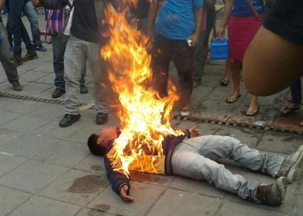 Agustín Gómez Pérez de 21 años, en el momento en que las llamas empiezan a cubrir su cuerpo.