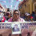 """La caravana de madres de migrantes centroamericanos desaparecidos en su transito por mexico """"Puentes de Esperanza"""" realizaron un mitin informativo y una marcha en esta ciudad antes de continuar su viaje hacia la frontera sur en Tapachula. Foto: Moyses Zuniga Santiago."""