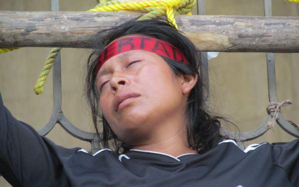 Luz Idalia participó en una crucifixión, acto en el cual se amarraron a cruces de madera colocadas en las puertas del Congreso local. Foto: Raúl Vera