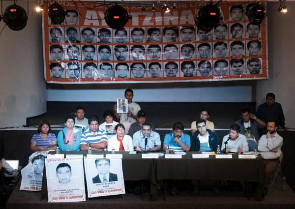 Estudiantes sobrevivientes y familiares de los 43 desaparecidos de Ayotzinapa. Foto: Cortesía