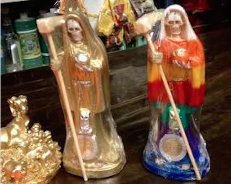 """Veladoras de cera, de gel,  bustos, estampas y oraciones, la venta aumenta porque """"no fallan"""" dicen quienes lo compran. Foto: Mariana Morales"""