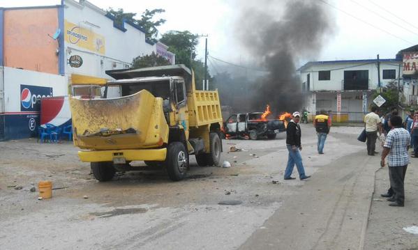 Camiones quemados y una decena de heridos. Foto: @AlexAncheyta