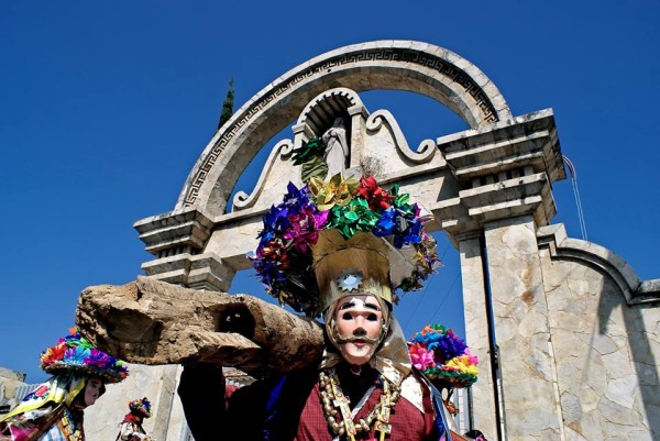 Al son de la flauta y el tambor enmascarados le bailan al sol. Porque la vida es corta, porque la vida es un carnaval. 2008. Fotos: Ariel Silva.