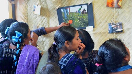 Mujeres de Chenalhó en la presentación del Museo Migrante. Foto: Voces Mesoamericanas
