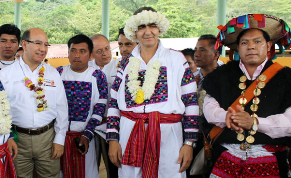 Ex edil de Tenejapa con el Secretario de Planeación, Juan Carlos Gómez Aranda, en una reunión de la Cruzada Nacional Contra el Hambre, en 2014. Foto: Icoso