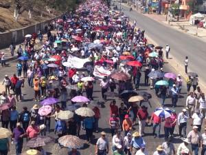 Maestros de la CNTE, estudiantes normalistas y organizaciones sociales y campesinas, marchan en el marco dela Novena Acción Global por Ayotzinapa. Foto: Chiapas PARALELO