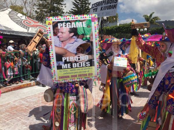 """""""Pégame"""", leyenda en una pancarta de danzantes durante el Festival Zoque Coiteco. Foto: Chiapas PARALELO"""