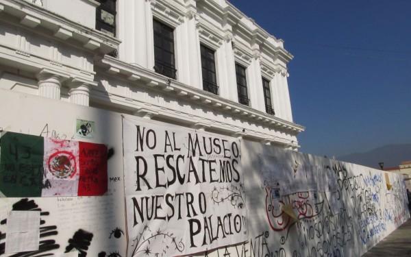 Pintas de protesta por obras en el Palacio Municipal San Cristóbal de las Casas, Chiapas. Foto: Anahid O. Egremy