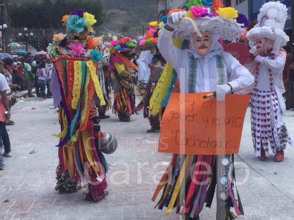 """""""Soy el gober y reparto cachetadas"""", crítica en el Carnaval Zoque Coiteco. Foto: Chiapas PARALELO"""