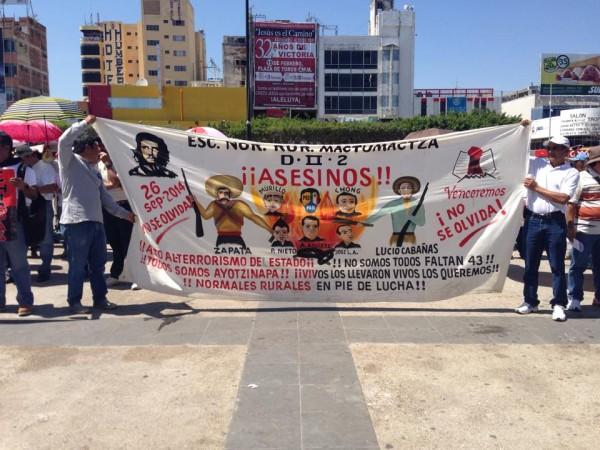 Maestros de la CNTE, estudiantes normalistas y organizaciones sociales y campesinas, marchan en el marco dela Novena Acción Global por Ayotzinapa