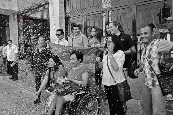 Afuera del Congreso del Estado de Chiapas, integrantes de la comunidad Lesbico-Gay de Chiapas dieron a conocer el resolutivo del amparo. Foto: Sandra de los Santos.