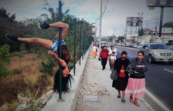 El pole dance sale a las calles. Alumnas de la escuela Spiral Fitness & Dance hacen una exhibición pública en Tuxtla Gutiérrez. Foto: Isaín Mandujano