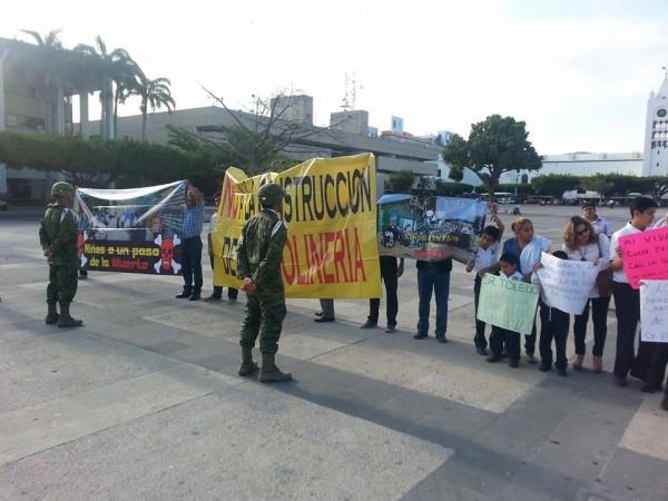 Elementos vestidos de militares impidieron con una valla humana que la manifestación avanzara. Foto: Cortesía.