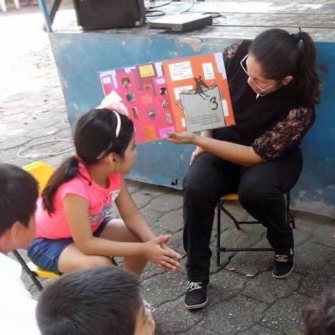 Jordanna Amaranta leyendo cuentos en el Rinconcito Infantil. Foto: Cortesía.