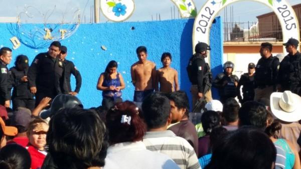 Dos hombres y una mujer fueron detenidos acusados se asaltar y asesinar a varios pobladores. Foto: Cortesía