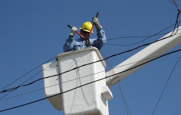 Trabajadores de la CFE en el corte de luz
