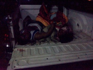 Dos de los presuntos miembros de Los Diablos, yacen en la góndola de una camioneta del Servicio Médico Forense (SEMEFO)