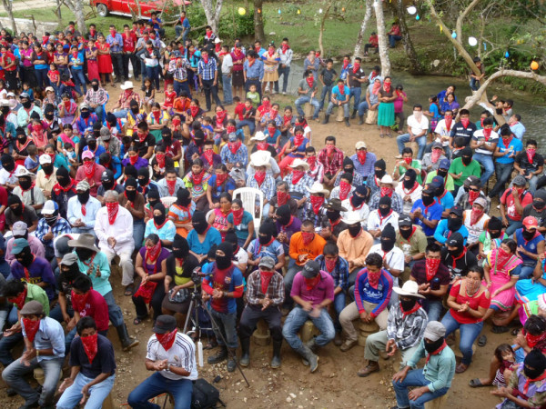 Zapatistas escuchando al Subcomandante Insurgente Moisés en La Realidad Nueva Víctoria, como le llaman ahora.