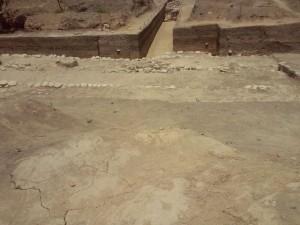 Estructura arquitectónica encontrada en uno de los tres asentamientos.
