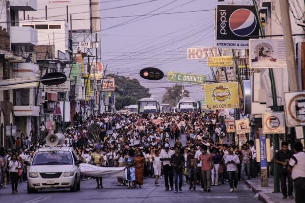 Miembros de la CENECH marchando por las calles de Tuxtla