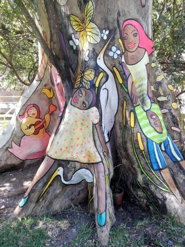Niñas jugando en el árbol. Pintura de Enrique Díaz