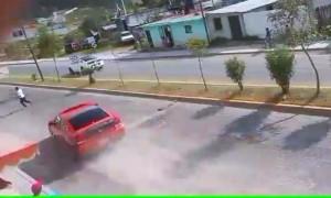 Instante en el que el vehículo está a punto de embestir al peatón que se cruzó en el carril de los arrancones.