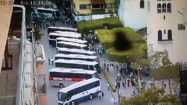 """Se movilizaron en casi una docena de de autobuses que le fueron """"tomados prestados""""."""