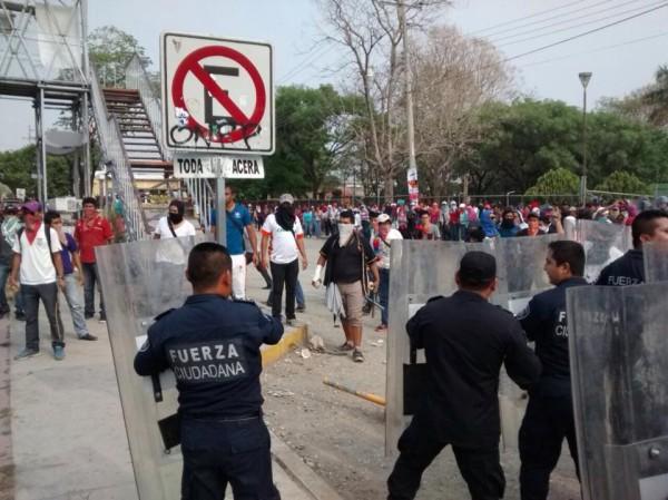 Chocan policías y normalistas.