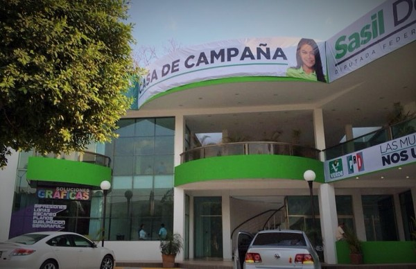 Renta plaza comercial y la habilita como casa de campaña.