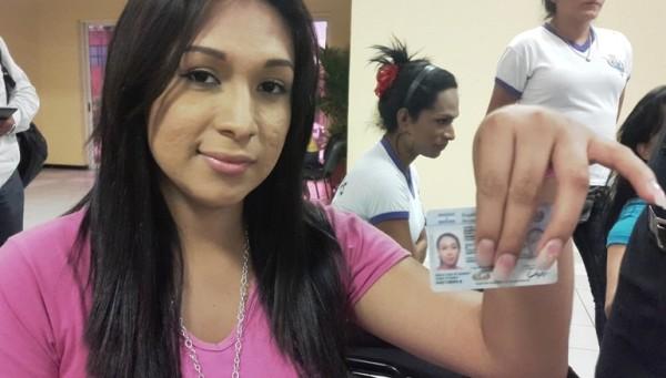 """""""Lorraine"""", transgénero, muestra su DUI adecuado con la fotografía de su identidad.  Foto: Diario1.com"""