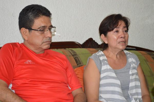 Dora Noemí Rodríguez Sánchez y su esposo Roberto Domínguez, padres del joven afectado Germán Domínguez Rodríguez. Foto: Cesar Solís
