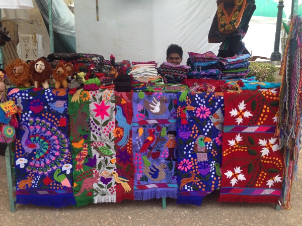 Textiles de Zinacantán, Chiapas. Puesto en la plaza central de Tuxtla Gutiérrez.
