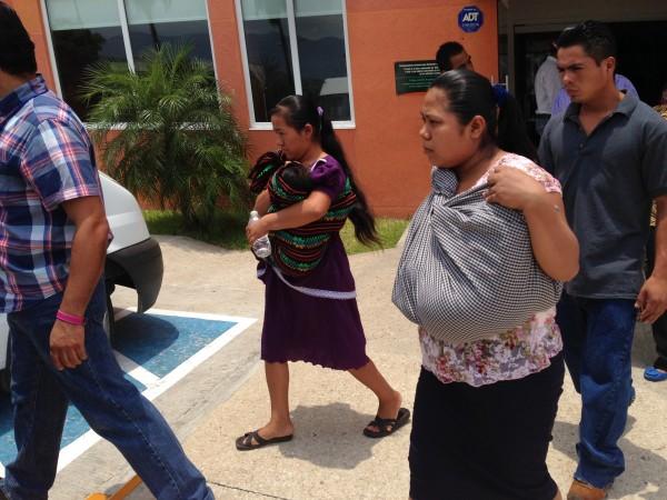 """Las madres y sus bebés que sobrevivieron a las """"reacciones adversas"""" de las vacunas del IMSS"""
