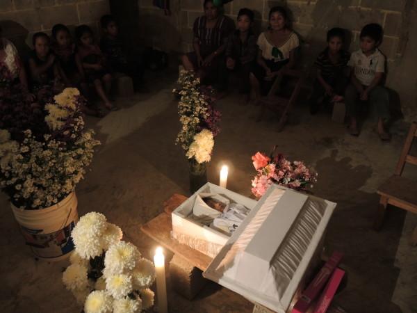 52 niños fueron vacunados por el IMSS-Prospera en Simojovel Chiapas, 2 murieron, 6 están graves, 29 hospitalizados. Foto: Raúl Vera López