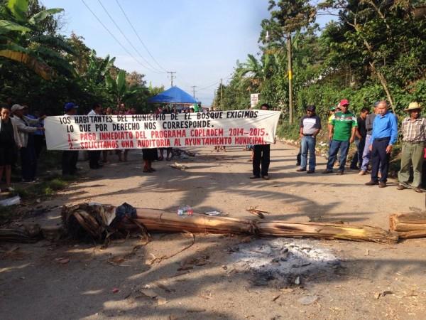 Llevan cinco días de bloqueos y protestas, y ninguna autoridad estatal ha podido solucionar el problema.