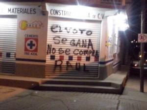Pintas dejadas en las paredes de la alcaldía y negocios cercanos al edificio municipal