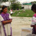 Una mujer revisa y dobla la boleta electoral del resto de las mujeres. Foto: Red de Observadoras Electorales.